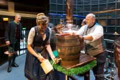 Bayerische Bierkönigin lernt anzapfen 6