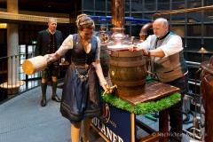 Bayerische Bierkönigin lernt anzapfen 4