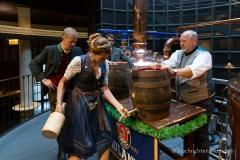 Bayerische Bierkönigin lernt anzapfen 5