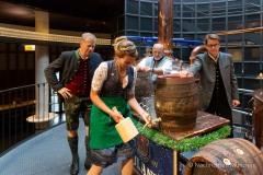 Bayerische Bierkönigin lernt anzapfen 8