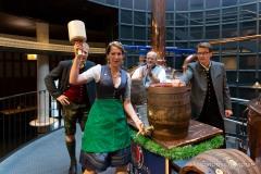 Bayerische Bierkönigin lernt anzapfen 10