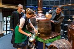Bayerische Bierkönigin lernt anzapfen 12