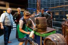 Bayerische Bierkönigin lernt anzapfen 11
