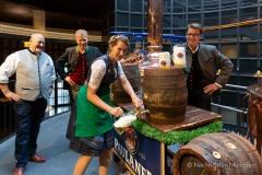 Bayerische Bierkönigin lernt anzapfen 15