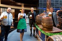 Bayerische Bierkönigin lernt anzapfen 13