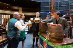 Bayerische Bierkönigin lernt anzapfen16