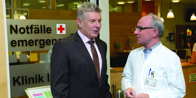 Oberbürgermeister beim Besuch im Notfallzentrum mit Chefarzt Prof. Christoph Dodt