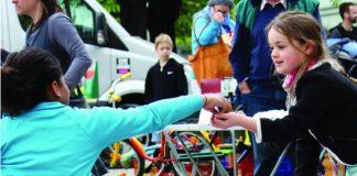 Kinder machen Flohmarkt