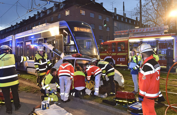 Schwerer Verkehrsunfall mit einem PKW und einer Trambahn