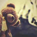 Unbekannter entblößt sich vor Kindern