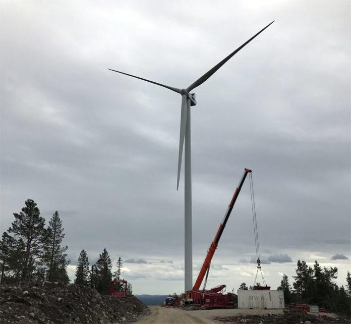 Erste Windenergieanlage im Windpark Raskiftet errichtet