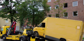 Paketzusteller mit schrottreifem Fahrzeug beliefert die Polizei
