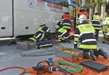Königsplatz: 80-jährige Radfahrer mit den Beinen unter Bus eingeklemmt