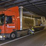 Truderinger Straße: Höhe unterschätzt - Lkw-Fahrer mit Gespann bleibt unter Eisenbahnunterführung hängen