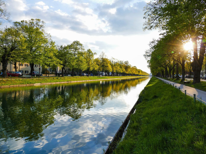 Neuhausen: Alkoholisierter Pkw-Fahrer fährt in Schlosskanal