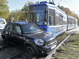 Verkehrsunfall zwischen PKW und Trambahn