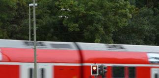 Neubiberg: Radfahrer kollidiert mit schließender Bahnschranke und verletzt sich schwer
