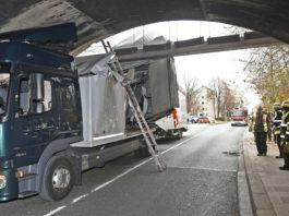 Schon wieder: Lkw fährt sich unter Brücke fest
