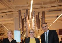 Die Filialleitung Cordula Schuster-Wolff sowie Nina und Maximilian Hugendubel eröffnen den neuen Stachus. Bildquelle: Hugendubel
