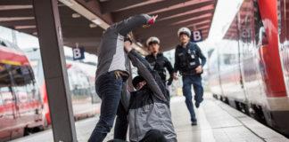 Hauptbahnhof: 20-Jähriger schlägt und tritt auf Mann ein