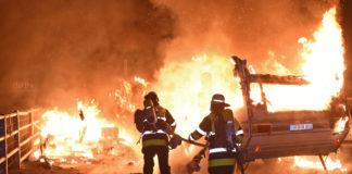 Isarvorstadt: Wohnwagen und Container in Flammen