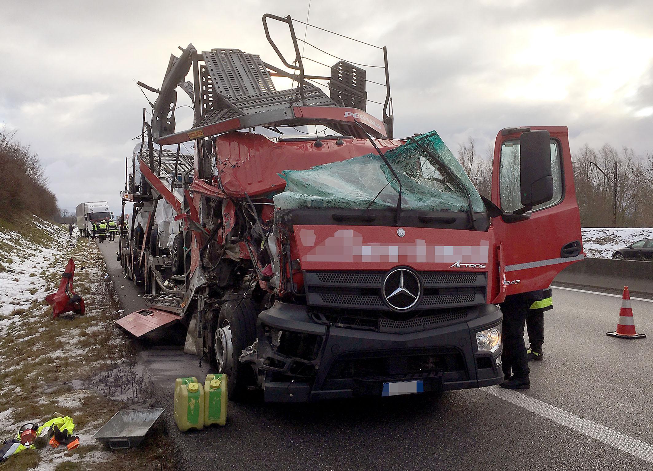 Unfall auf der A99: LKWs ineinander gekracht - Nachrichten ...