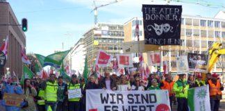 Mehr als 2.000 Beschäftigte und Beamte aus dem Öffentlichen Dienst demonstrieren am Münchner Stachus für deutliches Gehaltsplus