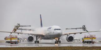 """Wintereinsatz am Flughafen München: """"Eisbären"""" sorgen für sicheren Flugbetrieb"""