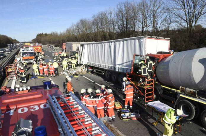 A99 Fahrtrichtung Nürnberg: Verkehrsunfall mit zwei Schwerverletzten