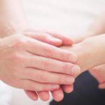 Bei Juckreiz Haut kühlen und cremen, aber möglichst wenig kratzen