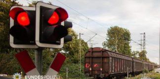 Betrunken im Gleis - 29-Jährige sitzt erst im Gleis dann auf Güterzug