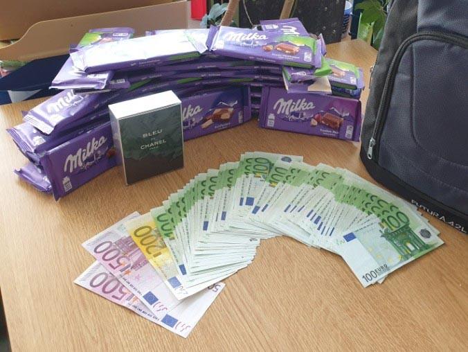 Ehrlicher Finder - Zugbegleiter bringt Rucksack mit Schokolade und 7.700 € Bargeld zur Bundespolizei