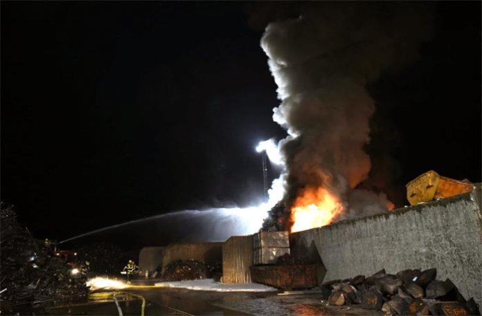 Aubing: Großbrand in Recyclingbetrieb
