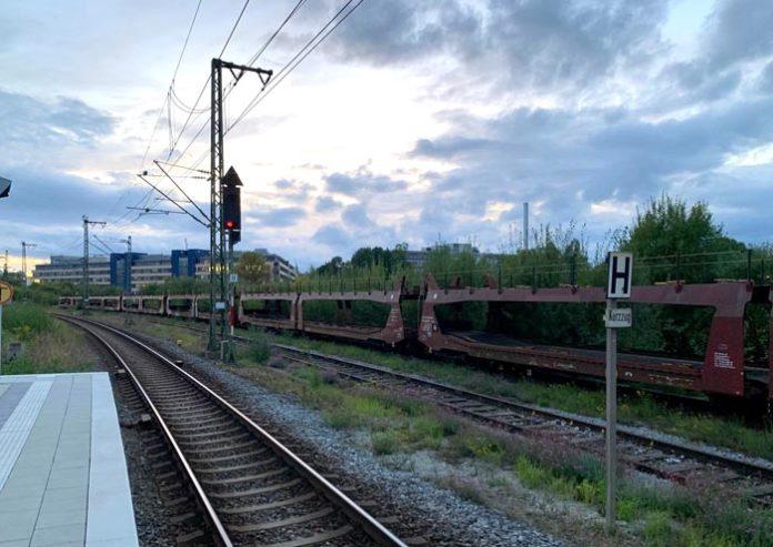 Keine Fotos im Gleisbereich! - Vater und Sohn auf Güterzug