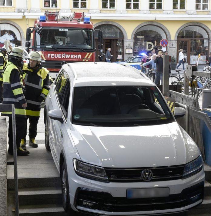 Marienhof: VW Tiguan Fahrer verwechselt U-Bahnabgang mit Tiefgaragenzufahrt
