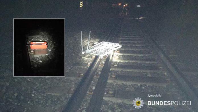 Gegenstände im Gleisbereich - Züge überfahren Einkaufswagen und Feuerlöscher