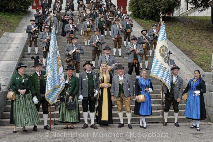 Das traditionelle Böllerschießen unter der Bavaria 2019
