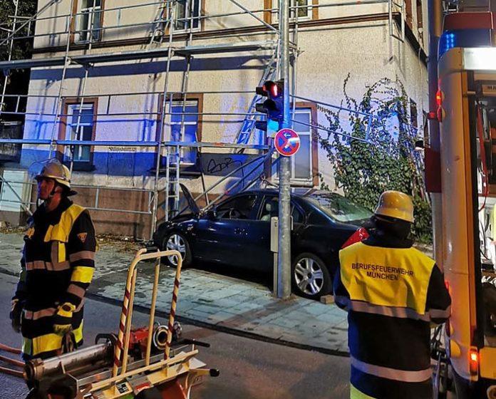 PKW fährt in Baugerüst