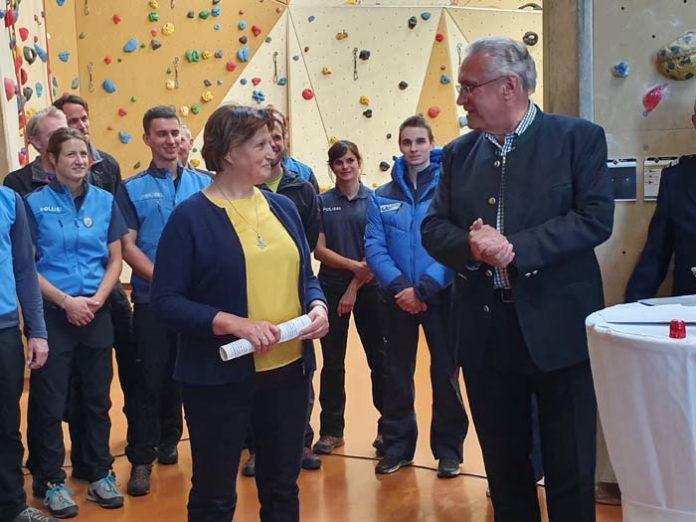 Innenminister Herrmann ernennt Polizeibergführer im DAV-Kletterzentrum in München