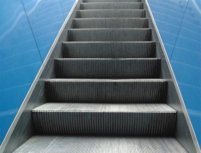 Stachus: Unbekannter Mann schubst 76-Jährige die Rolltreppe runter