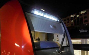 S-Bahn mit Steinen beworfen - Frontscheibe zersplittert