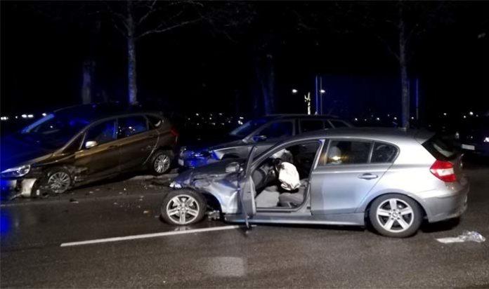 BMW schleudert gegen parkende Autos