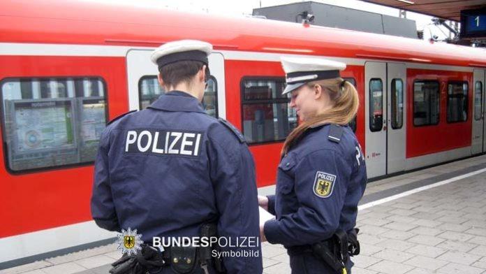Fahrscheinkontrolle eskaliert - 18-Jähriger attackiert und verletzt Kontrolleur