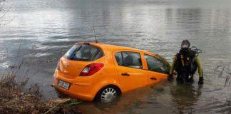 Auto im See versenkt