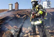 Dachstuhlbrand beschädigt Reihenmittelhaus erheblich