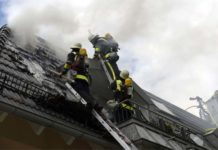 Dachstuhlbrand in Mehrfamilienhaus