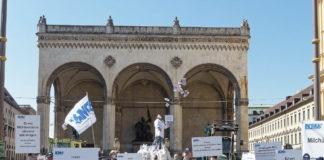 Milchpyramide aus über 300 Säcken Milchpulver: Gegen die Einlagerung & FÜR die EU-weite Reduzierung von Milchüberschüssen