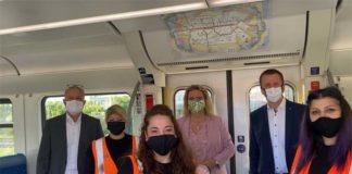 Putzen gegen Corona: Verkehrsministerin Kerstin Schreyer macht sich Bild von Reinigung einer S-Bahn