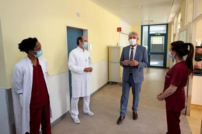 Oberbürgermeister Dieter Reiter besucht München Klinik Harlaching und bedankt sich beim Klinikpersonal