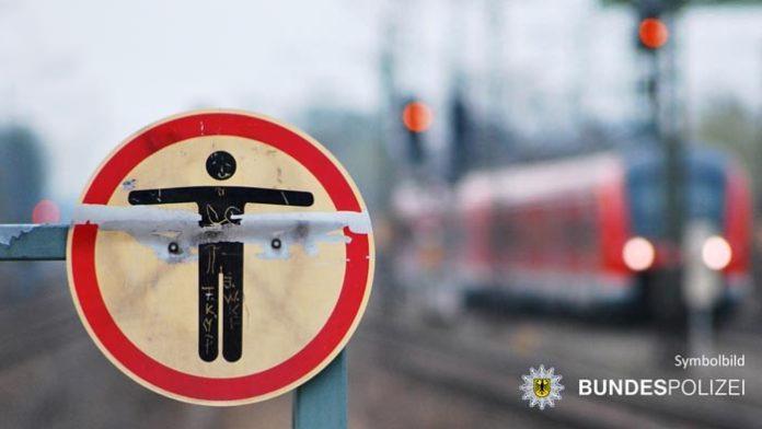 Zu Fuß im Gleisbereich - Zug kommt vor Person zum Stehen